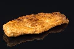 Seins panés frits de viande blanche de poulet en oeufs au-dessus de table noire de fond avec les réflexions et l'espace de copie Image libre de droits