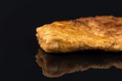 Seins panés frits de viande blanche de poulet en oeufs au-dessus de table noire de fond avec les réflexions et l'espace de copie Photographie stock libre de droits