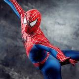 SEINT-PETERSBURG, RUSSLAND - 21. MAI 2016: Cosplayer kleidete als Spiderman an Nahaufnahme, im Flug Komischer Betrug in Russland Stockfotos