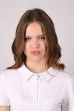 Seious adolescente en camiseta Cierre para arriba Fondo blanco Imágenes de archivo libres de regalías