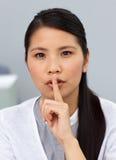 Seious asiatisk affärskvinna som frågar för tystnad Royaltyfria Bilder