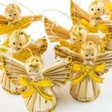 Seis ángeles de la Navidad de la paja en el fondo blanco Fotos de archivo