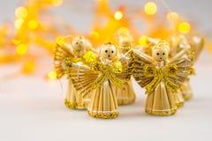 Seis ángeles de la Navidad de la paja en el fondo blanco Foto de archivo libre de regalías