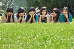 Seis amigos de menina felizes de sorriso que têm o divertimento Fotos de Stock Royalty Free