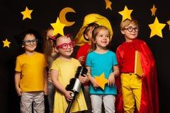 Seis amigos en trajes del vigilante del cielo que miran las estrellas Imagenes de archivo