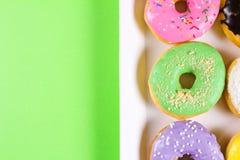 Seis anéis de espuma redondos coloridos na caixa Configuração lisa, vista superior Fotografia de Stock Royalty Free