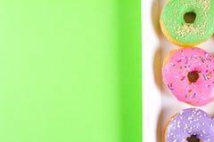 Seis anéis de espuma redondos coloridos na caixa Configuração lisa, vista superior Foto de Stock