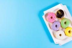 Seis anéis de espuma redondos coloridos na caixa Configuração lisa, vista superior Imagens de Stock Royalty Free
