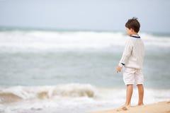 Seis anos de menino idoso que joga na praia atlântica Fotos de Stock Royalty Free