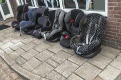 Seis asientos maxi-acogedores del bebé que se colocan afuera foto de archivo libre de regalías