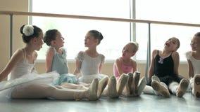 Seis bailarinas pequenas que têm o divertimento filme