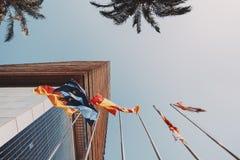 Seis banderas que agitan en astas de bandera en Barcelona imágenes de archivo libres de regalías