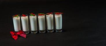 Seis bebidas del coco del blanco adornadas con li de las pimientas rojas y verdes Imagen de archivo