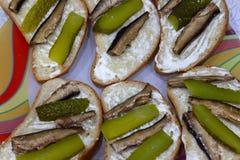Seis bocadillos que mienten en una placa hecha de la comida del pan del queso a imágenes de archivo libres de regalías