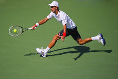 Seis campeones Novak Djokovic del Grand Slam de las épocas durante partido de semifinal en el US Open 2014 foto de archivo libre de regalías