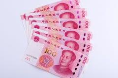 Seis chineses 100 notas de RMB arranjadas como o fã isolado na parte traseira do branco Fotografia de Stock Royalty Free