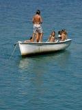 Seis crianças têm um divertimento no barco Fotografia de Stock