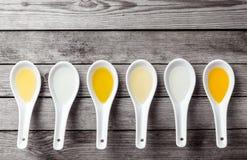 Seis cucharas de sopa chinas dispuestas horizontalmente Foto de archivo