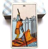 6 seis de la carta de tarot de las espadas que mueve encendido progreso curativo lento pero reducen aguas más tranquilas stock de ilustración
