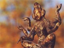 Seis del este armaron la estatua de dios en otoño con el fondo anaranjado y azul bastante Fotografía de archivo libre de regalías