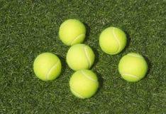 Seis endechas amarillas de las pelotas de tenis en hierba fotos de archivo libres de regalías