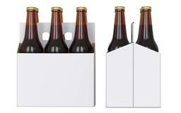 Seis garrafas de cerveja marrons no bloco branco do corton Vista lateral e vista dianteira 3D rendem, isolado no fundo branco Imagem de Stock Royalty Free