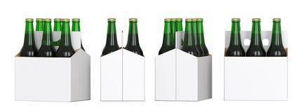 Seis garrafas de cerveja verdes no bloco branco do corton Quatro vistas diferentes 3D rendem, isolado no fundo branco Imagem de Stock