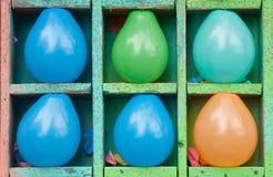 Seis globos como las blancos en la calle estrallan Imágenes de archivo libres de regalías