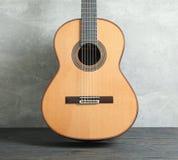 Seis hermoso - guitarra clásica de la secuencia en la tabla de madera imagenes de archivo