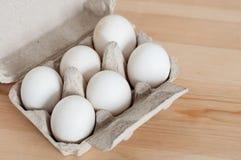 Seis huevos blancos en la caja Fotos de archivo libres de regalías