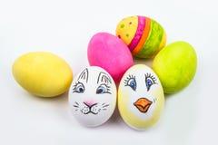 Seis huevos de Pascua en diversos colores y diseños Imágenes de archivo libres de regalías