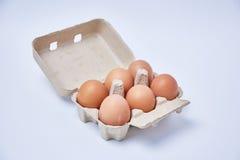 Seis huevos en la caja de papel fotografía de archivo