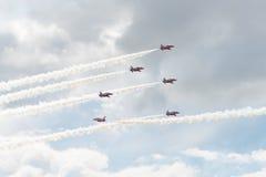 Seis jets del T1 del halcón en la formación con el humo blanco en salón aeronáutico Imágenes de archivo libres de regalías