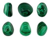 Seis malaquitas del verde de la buena calidad de los pedazos aisladas en el fondo blanco fotos de archivo