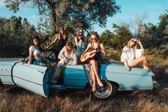 Seis meninas têm o divertimento no campo Imagem de Stock Royalty Free