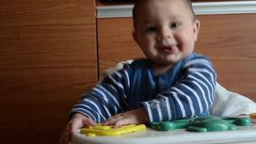 Seis meses lindos del bebé que juega con la cesta artificial con los huevos y droping lo almacen de video