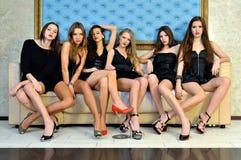 Seis modelos atractivos hermosos en el hotel. Imagenes de archivo