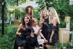 Seis muchachas con los teléfonos móviles imagenes de archivo