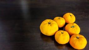 Seis naranjas en la tabla Imágenes de archivo libres de regalías