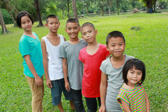 Seis niños que juegan en el parque Foto de archivo libre de regalías