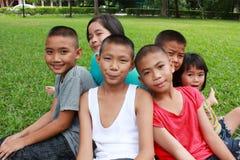 Seis niños que juegan en el parque Fotos de archivo