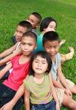 Seis niños que juegan en el parque Imágenes de archivo libres de regalías