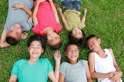 Seis niños que juegan en el parque Fotos de archivo libres de regalías