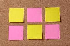 Seis notas pegajosas del recordatorio sobre tablero del corcho Imágenes de archivo libres de regalías