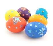Seis ovos da cor com o ornamento no branco imagem de stock royalty free