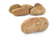 Seis patatas pelirrojas sin procesar Imagen de archivo