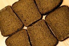 Seis pedazos de pan negro imagen de archivo