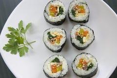 Seis pedazos de sushi coreano y de una hoja del perejil. Imagenes de archivo