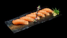 Seis pedazos de sushi de color salmón fijaron en la placa de cerámica de madera con Estilo japonés de la comida de la tradición Imagen de archivo