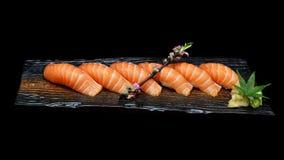 Seis pedazos de sushi de color salmón fijaron en la placa de cerámica de madera con Estilo japonés de la comida de la tradición Fotografía de archivo libre de regalías